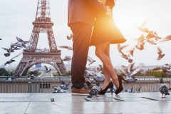 couple-near-Eiffel-tower-in-Paris,-romantic-kiss